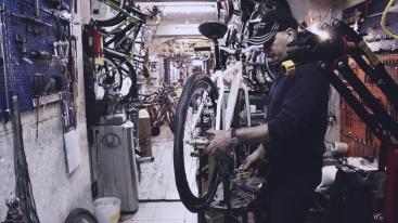 Danilo en su taller de bicicletas en Roma