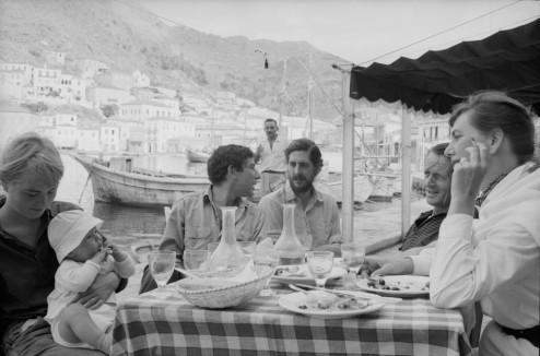 Leonard Cohen y Marianne con su hijo y unos amigos
