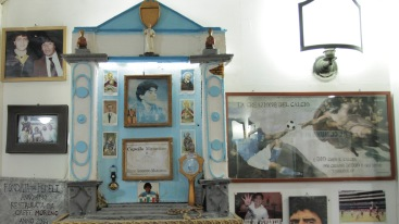 El altar con el cabello de Maradona en el bar Nilo de Nápoles