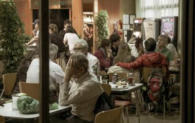 Luis J. Grífol, a la derecha, en la cafetería del Hotel Bruc.
