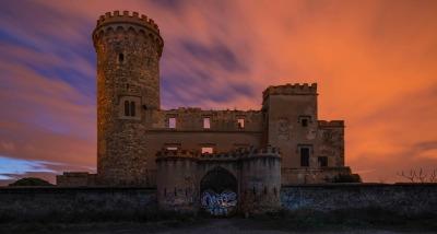 La Torre Salvana, también llamada Castillo del Infierno, se encuentra entre la Colonia Güell y Santa Coloma de Cervelló.