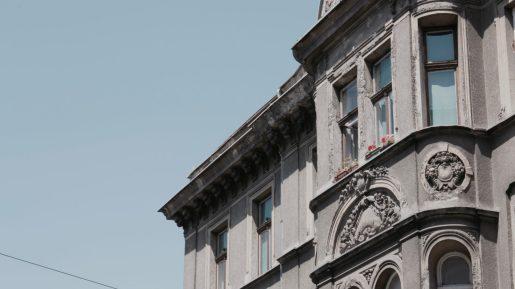 Edificio con rosas en la ventana