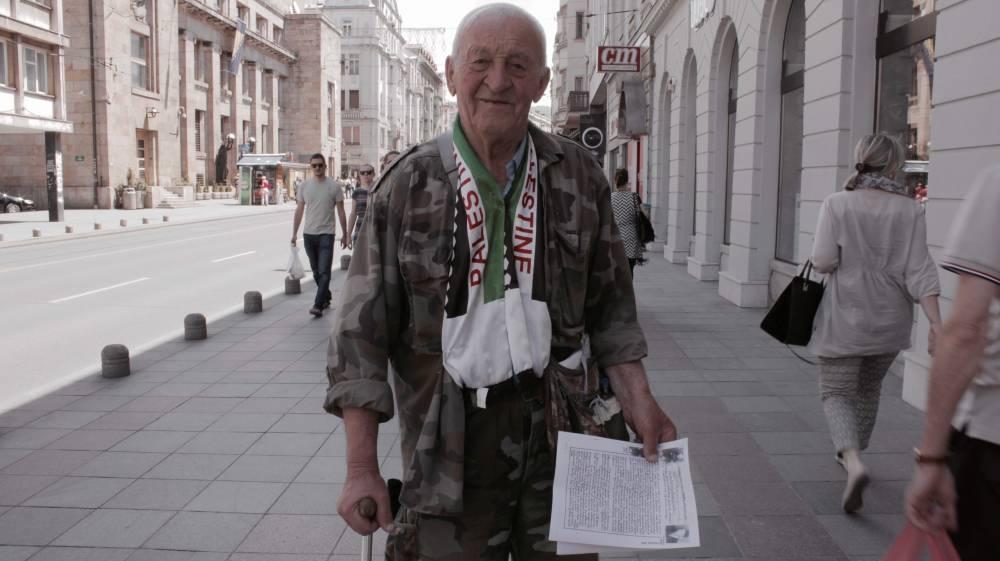 Hombre mayor con ropa militar