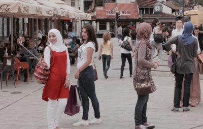 Chicas haciendo una autofoto en la plaza Baščarsija