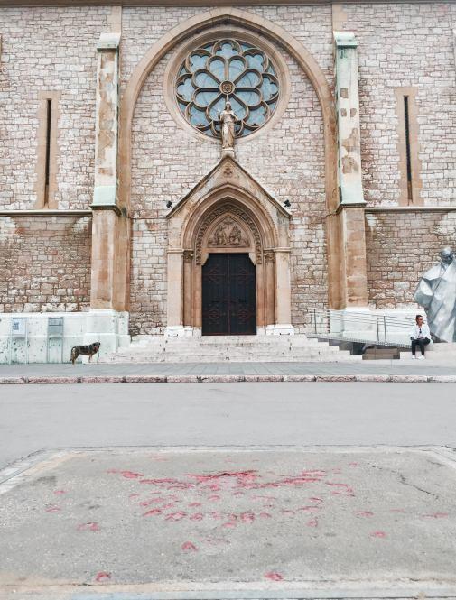Rosa de Sarajevo en frente de una iglesia.