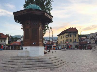 Fuente Sebilj, el icono de Sarajevo, en una vacía plaza Baščarsija