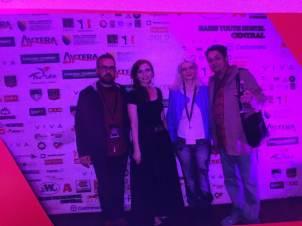 Mala foto de una foto del autor -a la izquierda-, la presentadora del acto, una realizadora griega y Goran Lukić