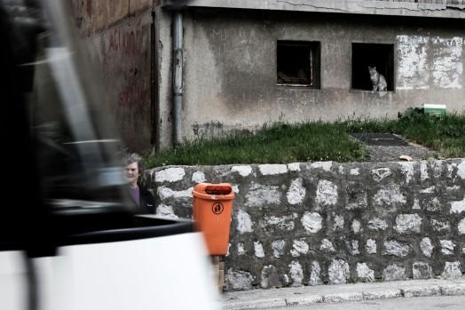 Mujer cruzando la calle en Vareš